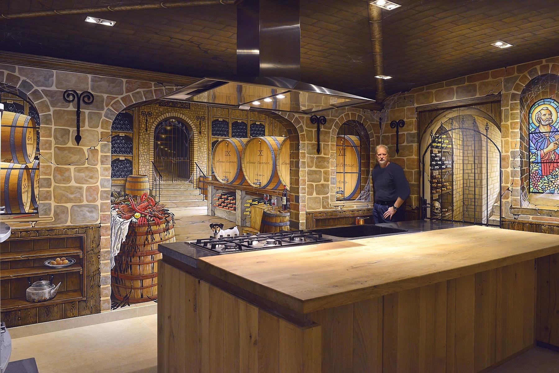 Muurschilderingen in een tot wijnkelder getransformeerde keuken